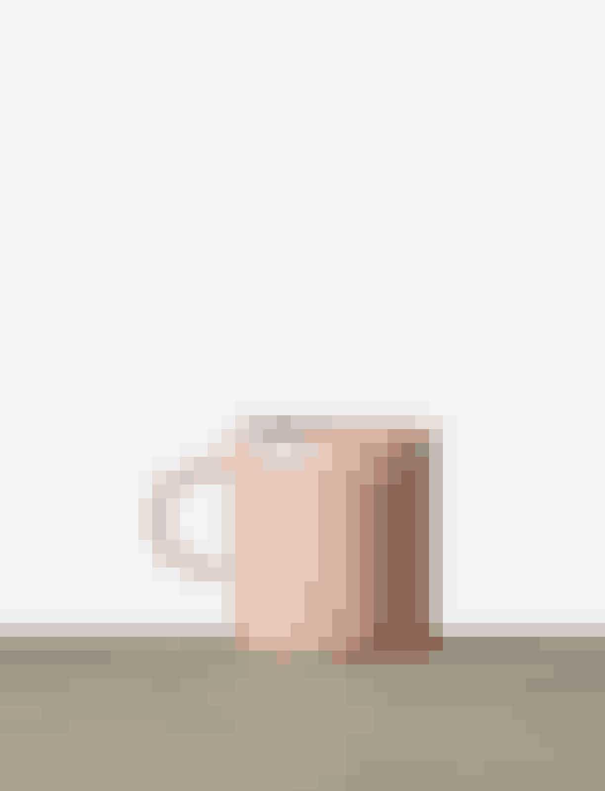 Med en plaid om skuldrene er det endnu varmt nok til at nyde kaffen under åben himmel.Keramikkrus, Julie Damhus, 285 kr.Køb online her.