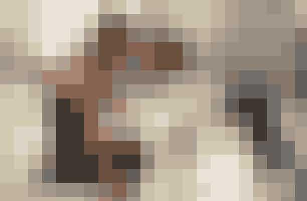 Dirty Dancing fra 1987Man får totalt varmen af at se en svedende Patrick Swayze danse rundt i den dragende fortælling om 'Baby', der forelsker sig i sommerbyens 'badass'-danseinstruktør, der spilles af netop Swayze – og du får helt sikkert lyst til at rejse dig fra sofaen efterfølgende for at kaste dig ud i det ikoniske løft fra filmen med din kæreste – held og lykke!
