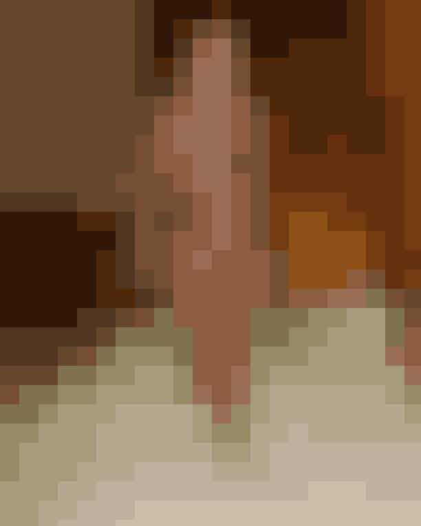 Fashion Coordinator Siw Melchiorsen: Saks PottsJeg synes, Cathrine og Barbara er overdrevet seje, de overrasker gang på gang og især dette look er en af mine helt store favoritter fra denne modeuge. Kombinationen af både farve og materiale i et lag-på-lag look skriger af badass og ultimativ 00'er power!