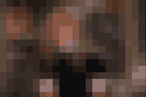 Kortærmet skjorte under kortærmet sweater.Genialt. Intet mindre. Rachel parrer sin sorte kashmir-sweater med en kortærmet hvid skjorte, som titter frem ved krave og ærme, og vi spekulerer på, om Phoebe Philo mon fandt inspiration til sit sofistikerede Céline lige her?Psst! Lav et lille bug på dit skjorteærme, så det kommer udover sweateren á la Rachel.