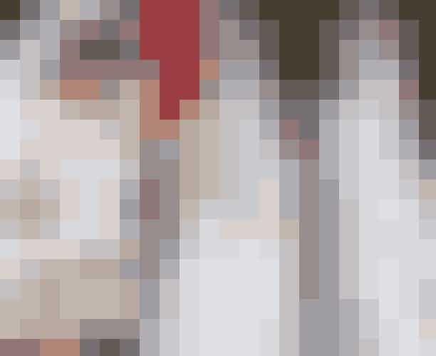 SløretAlle brudene bar traditionelle slør, men Hertuginden af Sussex's slør var ikke, som det er kotume, lånt og båret ved tidligere royale bryllupper, men det var derimod skabt specielt til hende.Sløret er altså ikke, som det er kotume, lånt og båret ved tidligere royale bryllupper, men derimod skabt specielt til Meghan Markle. Måske har hun tilmed skabt en ny tradition i det bristiske kongehus ved at inddrage referencerne til Englands commomweatlh-aftale, ved at lade alle 53 commonwealth nationers signaturblomst indgå i det delikate blomsterbroderi, der løber hele vejen rundt langs kanten af det fem meter lange slør. Meghan havde også tilføjet to af sine personlige yndlingsblomster i blomsterbroderiet: Vinterblomst og californisk valmue, der er signaturblomsten for Californien, hvor Meghan Markle er født. Det lange slør bar også en helt anden og særlig betydning – det var nemlig til ære for hendes svigermor, Prinsesse Diana, hvis lange slør blev designet af Elizabeth Emanuel til brylluppet med Prins Charles i 1981.