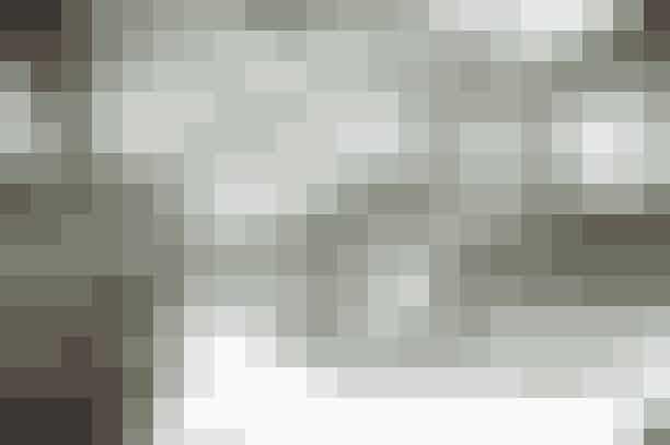 S/S 11: MarienbadEn monokrom have med springvand,inspireret af en af de mest berømte scener fra filmen 'Marienbad',er bygget ind i det stor Grand Palais.Et orkester på 80 musikere, spiller til det 18 minutter lange show!