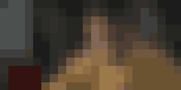 16. Browns far græd, da de klippede hans datters hår helt kortMillie Brown skulle overtales en smule til at få den ikoniske Eleven-frisure. Og seriens skabere måtte vise Millie billeder af Charlize Theron i 'Mad Max: Fury Road', for at overbevise Millie om, at frisuren ville fungere til rollen. Millies far græd, da de klippede håret helt kort på hans datter.
