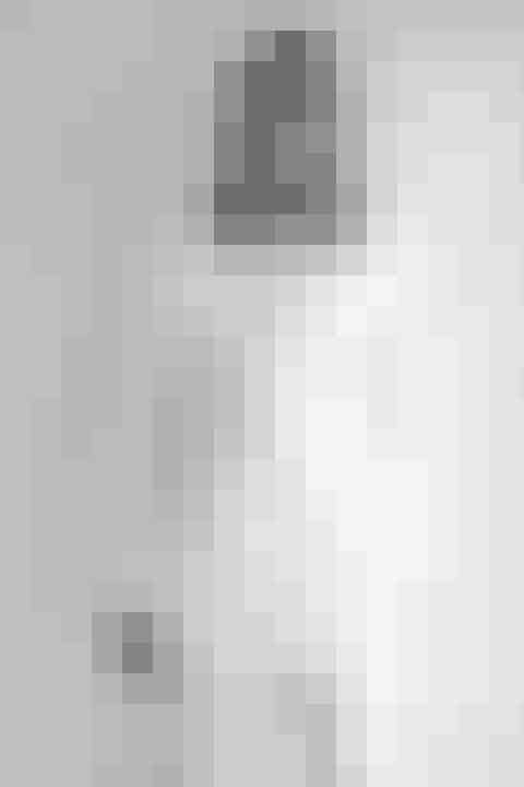 Lotte MørchLotte Mørchs position som dansk stilikon bliver mere og mere synlig for hvert år, der går, og Lotte formår stadig at raffinere og synliggøre den både til hverdag og på sin Instagram.Lotte understreger sin power-kvinde-status med det hun har på: Hun er modig og ikke bleg for at mikse mønstre og pangfarver – og bærer alt fra orange velour-suitstil cykelshorts og blazer med en evigt lækkerje-ne-sais-pas-attitude.Lottes stil er chik, hverdagslækker, cool, elegant og chik – og den har ingen alder. Altså en stil, der inspirerer på tværs af aldersgrupper