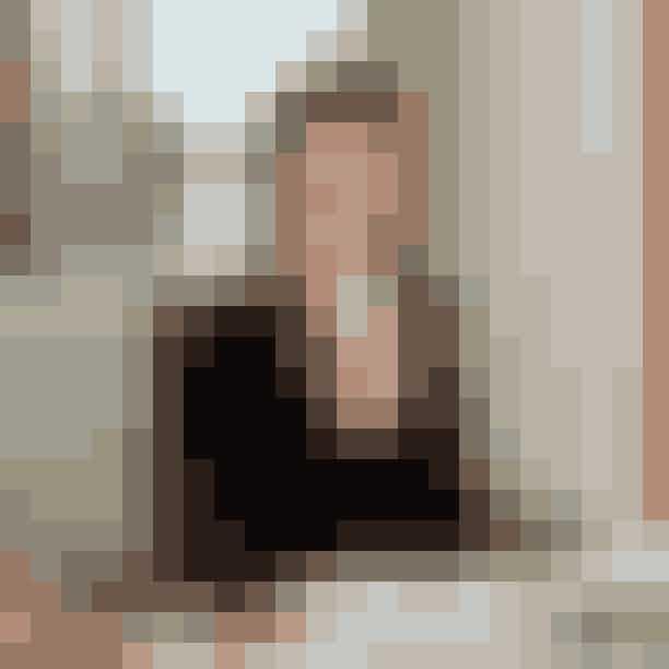 Mere end 100 skuespillerinder blev overvejet til rollen som Miranda Priestlys assistent, 'Emily'.Som en pludselig indskydelse, lavede Emily Blunt en audition-video, fordi hun allerede var ude hos Fox pga. flere call-backs til hovedrollen i filmen 'Eragon'. Den rolle fik hun dog ikke, men det resulterede heldigvis i, at hun kunne være med i 'The Devil Wears Prada'. Hun var forsinket til sit fly, og lavede derfor videon iført jeans og klip klappere …