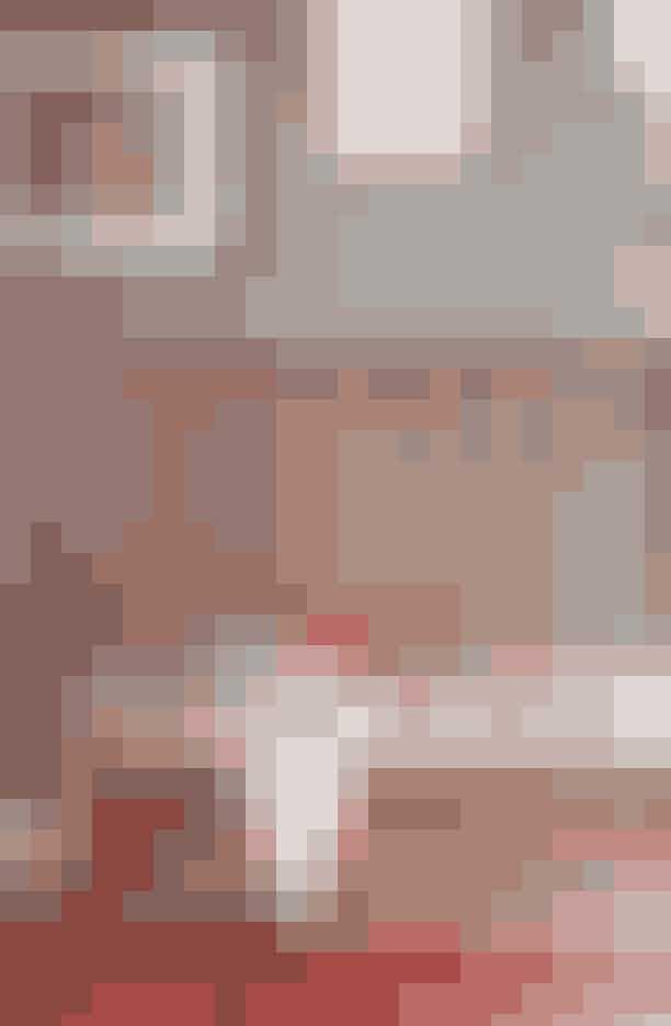 Bænken fra Ilse Crawford bliver solgt i The Apartment, tæppet under har Tina købt vintage i Marokko. Den røde taske, der ligger på bænken, er en 'Dizzie Bag' af Olympia Le-Tan hos Holly Golightly med Hello Kitty på forsiden – Tina har et ømt punkt for den rundhovedede, hvide kat.