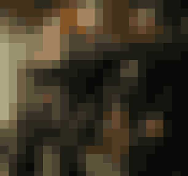 True Blood (2008-2014)I serien 'True Blood' er vampyrerne kommet ud af kisten og går frit rundt blandt deres levende modstykker takket være syntetisk blod. Den unge servitrice, Zoe, fra Louisiana går imod normen og indleder et forhold til en 173 år gammel vampyr, og det er ikke helt uden problemer. Serien kan blandt andet ses på HBO Nordic.