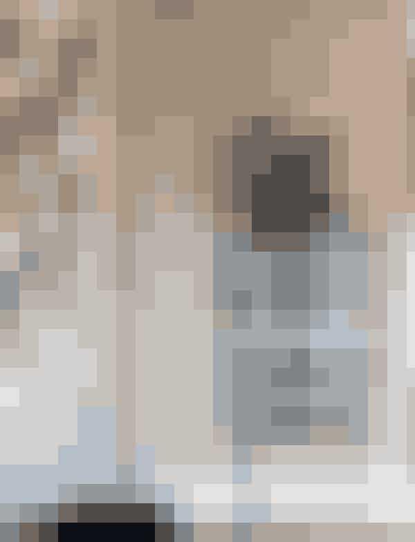 Vitrineskab med matte glaslåger, Ferm Living, 9.999 kr.Køb online her.