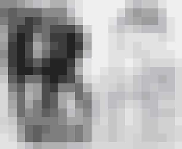 Mesterfotografen Mario Testino har netop skudt SS18-kampagnen for det amerikanske modehus Stuart Weitzman, som inkluderer topmodeller som Kate Moss og Gigi Hadid. Et fortryllende og kontrastfyldt sort-hvid resultat, som byder på både mørke og lyse klæder.