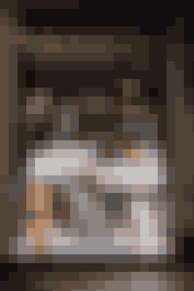 """4. Vindue: """"The Edible Lace""""Vinduet ligner umiddelbart et fint bryllups display, men studerer man det nærmere, vil man opdage, at Cecilie Elisabeth Rudolph i samarbejde med chefkonditor Lars Juhl har skabt et """"kage-kaos"""", som slet ikke ligner det yndige bryllups-scenari, man ser ved første øjekast."""