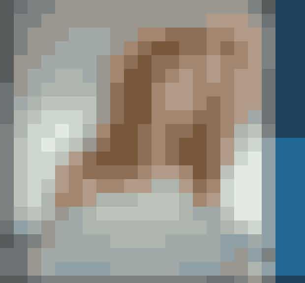 9. Undersøg dit eget netværkDu er ikke rigtigt en stalker, hvis det ikke er til dig selv, vel? Gå igennem din egen Facebookprofil, din Instagram og din telefonbog for at se, om der skulle gemme sig en mulig partner til din veninde. Det kunne jo være lidt sjovt, hvis du blev Kirsten Giftekniv i dit eget netværk.