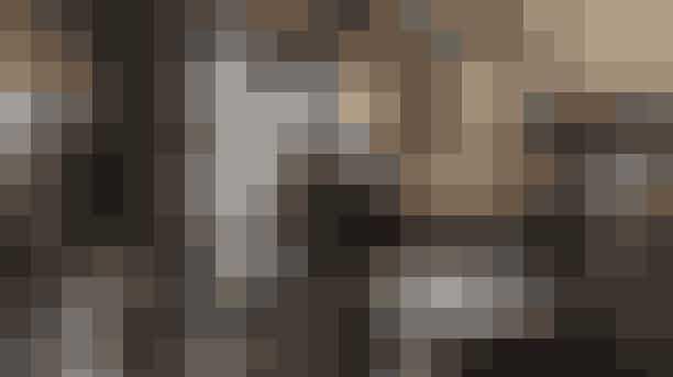 Yves Saint Laurent (2014)I Yves Saint Laurent portrætteres en af fransk modes største skabere nogensinde. Vi er med fra hans ledende rolle hos Dior i 1957 til skabelsen af brandet i eget navn i 1961, og derudover afbilleder filmen desuden Laurents kærlighedsforhold til Pierre Bergé. Pierre Niney, der spiller Yves Saint Laurent, blev hædret med en César award, der er den franske pendant til The Oscars.