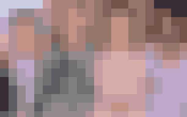 Break-up:Zac Efron endte både forholdet til danske Sarah Bro, Halston Sage og Vanessa ValladaresDet har været et travlt år for den amerikanske skuespiller Zac Efron, der igen i år har knust flere pigehjerter. Først var der den danske svømmer Sarah Bro, som den 33-årige skuespiller datede i slutningen af 2019 - og endda var på visit i Danmark for at møde den danske svigerfamilie. Forholdet bristede dog, da Zac angiveligt skulle have byttet Bro ud med skuespillerinden Halston Sage. Men det forhold holdte heller ikke længe, så i begyndelsen af juni begyndte Zac at date australske Vanessa Valladares. Forholdet til Vanessa endte dog efter 5 måneder. Derfor tyder noget på, at Zac endte året som single, hvis altså ikke, at der er opstået endnu en hemmelig romance?