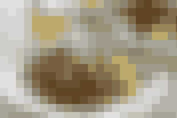 Mørbradbøffer med bløde løgKlassisk middag - fars favoritIngredienser(4 pers.)30 min.600 g svinemørbrad, afpudset og skåret i bøfferSalt og peber3 løg, pillede og skåret i skiver40 g smør1 dl suppe eller bouillon1 dl fløde1 tsk. majsstivelse TilbehørAgurkesalat og kogte pillede kartofler FremgangsmådeStart med at koge kartoflerne. Bank bøfferne let flade. Drys med salt og peber. Kom en anelse smør på en god stegepande og brun bøfferne ca. 30 sek. på hver side. Tag dem op, kom resten af smørret ved og steg løgene bløde. Skub løgene ud til siden og steg bøfferne færdige i samme smør ca. 2 min på hver side. Tag bøffer og løg af panden og kom suppe og fløde udrørt med majsstivelse på panden. Kog igennem og server til sammen med pillede kartofler og agurkesalat.Madopskrift: Helle Brønnum Carlsen/Foto: Jette M. VesteragerKlik her, hvis du vil prøve flere klassiske retter...Prøv flere gode retter...Mørbradgryde med porterMørbradgryde med æbler ogsvampe