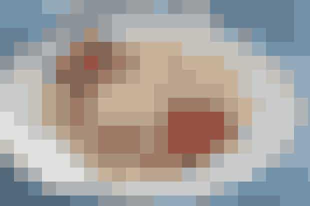 En god dessert når man har rester af friske bær, der er blevet lidt slatne  (4 pers.) 45 min. + frysetid  2 æg 2 dl hvedemel 2 dl øl 1 dl vand 2 spsk. sukker 25 g smør 250 g blandede jordbær, hindbær og blåbær 1 bæger mascarpone 2 pasteuriserede æggeblommer 1 dl sukker Kornene af ½ vaniljestang 150 g mosede bær   Begynd med cremen: Pisk æggeblommer med halvdelen af sukkeret og vaniljekorn. Rør det i mascarponen og mos så bærrene med resten af sukkeret. Rør det i mascarponen, så det danner mønster. Frys cremen i 4 timer eller natten over.  Pisk vand i melet, til det klistrer, og pisk så æg, sukker og øl i til en fin pandekagedej. Steg tynde pandekager i smør på mindre pande og rul pandekagerne eller fold dem og kom kugler af frossen creme og friske, blandede, skårne bær ved.  Dessertopskrift: Helle Brønnum Carlsen & Foto: Jette M. Vesterager