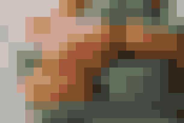 (20 stk.) 35 min. + afkøling  175 g flormelis  125 g mandler  3 æggehvider  75 g sukker  Aroma (f.eks. 1 tsk. limesaft, ½ tsk. pebermynteessens el. hindbæressens)  2-3 dråber frugtfarve  150 g blødt smør  75 g flormelis  Aroma (f.eks. 1 tsk. limesaft, ½ tsk. pebermynteessens el. hindbæressens)  2-3 dråber frugtfarve  Blend flormelis og mandler til fint mel og pisk æggehviderne stive. Pisk sukkeret i æggehviderne lidt ad gangen, til sukkeret er opløst, og pisk aroma og frugtfarve i. Vend mandelblandingen i hviderne og fyld blandingen i en sprøjtepose. Sæt marengsmassen på en bageplade med bagepapir i 3 cm store cirkler og lad dem stå ved stuetemperatur i 15 min. Bag kagerne ved 160° i 15 min. og lad dem afkøle. Pisk smørret luftigt og rør flormelis, aroma og farve i til en ensartet creme. Saml kagerne to og to med creme imellem og server.  Madopskrift: Kristina Marckmann & Foto: wichmann+bendtsen photography