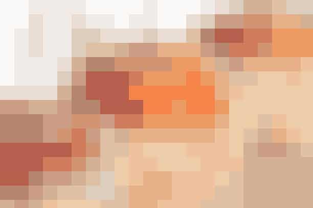 (4 stk.)  4 røde, søde æbler (f.eks. ingridmarie el. aroma) 250 g sukker Saft og skal af ½ appelsin 50 g kokosmel 4 ispinde eller grillspid  Vask æblerne, tør dem godt og sæt dem på en pind eller et spid. Riv skallen af appelsinen på den fine side af rivejernet. Bland sukkeret med saften fra appelsinen og smelt det til karamel i en lille gryde. Tilsæt appelsinskallen til karamellen og hæld kokos op i en tallerken. Dyp æblerne i karamellen og rul dem i kokos. Stil æblerne på et stykke bagepapir og lad dem afkøle helt.  Opskrift: Helle Brønnum Carlsen og Kristina Miechels & Foto: Jette M. Vesterager