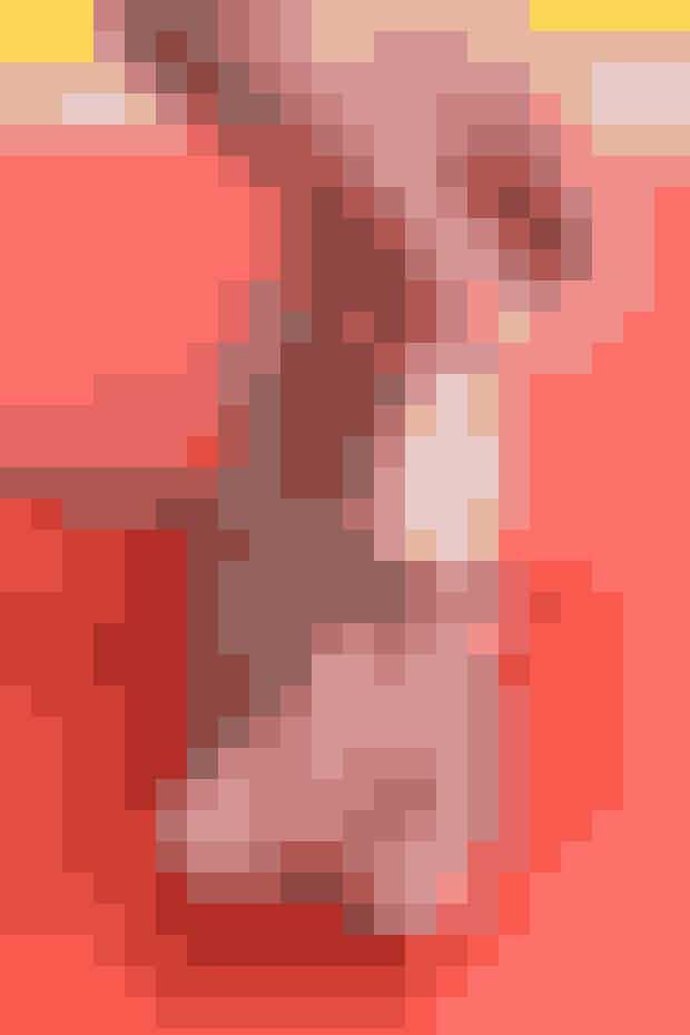 2. Skær sølvsenen fri i den ene ende og løft den, mens kniven følger senen opad. Fjern også senen på bimørbraden.  TIP: Brug en lille kniv til at rense mørbraden • Det er bedre at bruge en skarp urtekniv eller noget i den størrelse.  • De store knive skærer for dybt i kødet, og der vil opstå endnu mere spild.