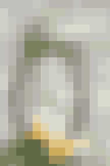 En lodret birkekrans danner en flot ramme om det lille påsketableau - se opskriften her