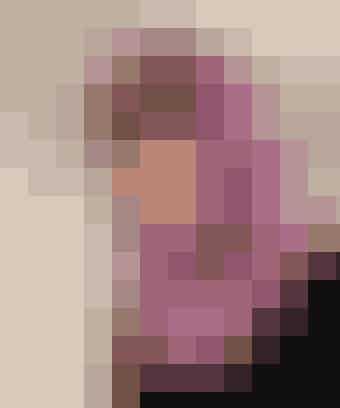 """Nem strikkeopskrift: Et rør du kan trække over hovedet og bruge som hætte i kulden   HUERØR Str: Onesize.  Mål: Omkreds 62 cm, længde 47 cm.  Tip: Du kan lave røret lidt mindre (f.eks til et barn) ved at slå færre masker op!  Materialer: """"Verona"""" (70% uld/30% silke/50 g = 100 meter): 2 ngl lilla nr. 83, 1 ngl lyslilla nr. 1036 og 1 ngl orange nr. 112. Rundpind nr. 5 eller 5½.  Garn fra Wilfert\'s. Strikkefasthed: 17 m x 22 p = 10 x 10 cm i glatstrik.   Halsrør: Slå 100 m op med lilla. Strik rundt i ret (= glat) til arbejdet måler ca. 23 cm i højden. Skift farve og strik 2 omg orange, skift til lyslilla og strik 2 omg, skift til lilla og strik 2 omg. Fortsæt med striber på denne måde, til arbejdet måler 47 cm eller ønsket længde. Luk af.   Bemærk: Glatstrik vil altid rulle udad, når ikke der er strikket rib eller anden kant.   Design: Vibeke Warthoe"""