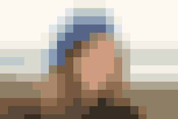"""Strik en dejlig varm baskerhue med flotte farver og grafiske mønstre   BASKERHUE  Hovedvidde: 55-56 cm (58-59) cm.  Materialer: """"Alpaca"""" (100% alpakka/50 g = 180 meter): 100 g petrol nr. 2919 + 100 g blå nr. 6790 + 50 g sort nr. 8903 + 50 g råhvid nr. 0100. Strømpep + rundp (40 cm) nr. 3½. (Garn fra Garnstudio, tlf. 80 01 81 71).  Strikkefasthed: 23 m x 30 p = 10 x 10 cm i glat med 2-3 tråde garn.   Hue: Huen strikkes rundt: Slå 120 (128) m op på rundp med 3 tråde sort garn. Strik 6 omg glat, derefter mønster efter dia A (= 4 omg) med 3 tråde i hver farve! Strik resten af huen med 2 tråde: Beg med blå og tag 8 m ud, jævnt fordelt, på 1. omg = 128 (136) m. Sæt nu 10 mrk i arb (med ca. 12-13 m's mellemrum). Forts rundt i glat og tag samtidig 1 m ud efter alle mrk på hver 2. omg i alt 8 gange = 208 (216) m. Strik mønster efter dia B (= 4 omg). Skift til petrol og strik huen færdig med denne, lav samtidig indt til begge str,: Tag 1 m ind efter alle mrk på hver 4. omg 6 gange, på hver 2. omg 8 gange og på hver omg 5 gange = 18 (26) m tilb. Næste omg: Strik alle m sm 2 og 2 = 9 (13) m. Bryd trådene og før enderne igennem rest m, træk sm og hæft.     Strikkeopskrift: Drops"""