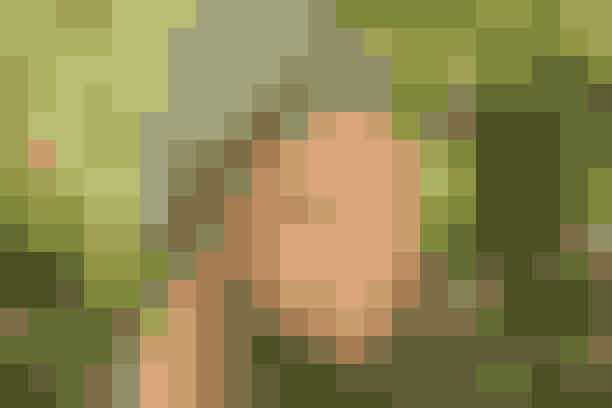 """De halvstore piger kan selv strikke det seje hue/halstørklædesæt i camouflagefarver  Str: (2-4) 6 (8-10) 12-14 år (halstørklæde er onesize).  Materialer: """"Alfa"""" (85% uld/15% mohair, 50 g = 60 meter): Grøn print nr. 9083: 100 g til hue + 250 g til halstørklæde (alle str). Strømpep eller lille rundp nr. 7. (Garn fra Sandnes Garn, tlf. 49 76 39 69).  Strikkefasthed: 13 m = 10 cm i bredden (i glat).  Hue: Slå (64) 68 (72) 76 m op og strik rundt i rib (2 r, 2 vr). Når arb måler (16) 18 (20) 22 cm: Strik 2 vr sm i hver vr-bane, strik 4 omg uden indt, strik 2 r sm i hver r-bane, strik 2 omg uden indt. Afslut ved at strikke 2 r sm omg rundt, 1 omg uden indt, og derefter 2 r sm omg rundt igen. Bryd garnet, træk det gennem rest m, og hæft godt.   Halstørklæde: Slå 42 m op og strik rib (2 r, 2 vr) til arb måler 150 cm. Luk af i rib.   Design: Sandnes Garn"""