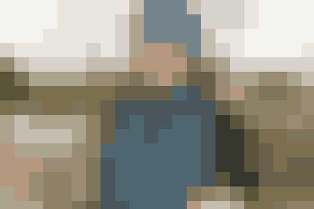 """Strik et dejligt hue- og halstørklædesæt i et supernemt hulmønster og brede ribkanter   HUE OG HALSTØRKLÆDE  Str: S/M (L). Halstørklæde onesize: 23 x 150 cm.  Hovedvidde: 52-54 (56/58) cm.  Materialer: """"Alpaca"""" (100% alpaka/50 g = 180 meter): 100 (150) g petrolblå 6309 til hue + 300 g til halstørklæde. Strikkep nr. 4, 4½ + 5. Garn fra Garnstudio. Strikkefasthed: 17 m x 34 p = 10 x 10 cm i hulmønster med dobbelt garn på p 5.  Se forkortelser og brugertips her. HUE Slå 104 (116) m op på p 4 med 2 tråde Alpaca. Strik 1 p r og 1 p vr. Forts i rib (1. p = r-side): 1 kantm, ✩3 r, 3 vr✩, gtg ✩-✩ til der er 1 m tilb, 1 kantm. Strik frem og tilb i rib, til kanten måler 7 cm. Strik så 1 p r fra r-siden, derpå 1 p r fra vr-siden idet der samtidig tages 32 (36) m ind jævnt fordelt (ca. hver 3. m) = 72 (80) m. Skift til rundp 5 og forts i hulmønster:  1.-3. p: Strik alle m r.  4. p (= vr-siden): 1 kantm, ✩slå om, tag 1 m løst af (som om den skulle strikkes r), strik 1 r og løft løs m over✩, gtg ✩-✩ til der er 1 m tilb, 1 kantm. Gtg 1.-4. p.  Strik hulmønster til arb måler i alt 26 (28) cm (afpas efter 4. p af mønstret). Forts med r på hver p, og tag samtidig 10 m ind jævnt fordelt på hver 2. p i alt 3 gange (altid indt fra r-siden) = 42 (50) m. Strik derefter alle m sm 2 og 2 (undtagen kantm i begge sider) på næste 3 p = 7 (8) m. Arb måler nu ca. 29 (31) cm. Bryd garnet og træk enden igennem de rest m, rynk sm og hæft. Sy huens sider sm inden for 1 kantm.  HALSTØRLÆDE Slå 57 m op på p 4½ med 2 tråde Alpaca. Strik 1 p vr. Forts i rib (1. p = r-siden): 3 kantm r, ✩3 r, 3 vr✩, gtg ✩-✩, slut med 3 kantm r. Forts i rib på denne måde idet de yderste 3 m i begge sider strikkes r på hver p. Når arb måler 15 cm: Strik 1 p r fra r-siden og 1 p r fra vr-siden idet der samtidig tages 18 m ind jævnt fordelt = 39 m. Skift til p 5 og forts i hulmønster på næste p.  (Strik hulmønster som på hue, men med 3 kantm r i beg af 4. p og 2 kantm r i slutn). Når arb måler ca. 135 cm (afpas efter 4. p i """