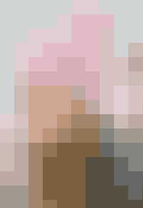 """Hold ørerne varme med den søde hue med hulmønster og pompon   HUE Str: Onesize.  Materialer: """"Alfa"""" (85% ull/15% mohair/ 50 g = 60 meter): 150 g rosa nr. 4513. Lille rundp eller strømpep nr. 6. Garn fra Sandnes Garn, tlf. 49 76 39 69. Strikkefasthed: 14 m = 10 cm i glatstrik på p nr. 6.  Se forkortelser og brugertips her  Hue: Slå 56 m op og strik rundt:  1. omg: ✩1 r, 1 vr✩. Gtg ✩-✩ hele omg.   2. omg: ✩1 omsl, tag 1 m løst af, strik 1 r og træk den løse m over✩. Gtg ✩-✩ hele omg.   3. omg: ✩1 vr, 1 r✩. Gtg ✩-✩ hele omg, til der er 1 m tilb. Sidste m strikkes på næste omg!   4. omg: Tag sidste m fra forrige omg løst af, strik 1 r og træk den løse m over, 1 omsl, ✩tag 1 m løst af, strik 1 r og træk den løse m over, 1 oms✩. Gtg ✩-✩ omg rundt.  Gtg disse 4 omg hele tiden, til huen måler 22 cm i højden.   Næste omg: Strik 2 m sm hele vejen rundt, men uden omsl = 28 m. Strik 1 omg r.  Næste omg: Strik igen 2 m sm omg rundt. Strik 1 omg r. Bryd garnet og træk det gennem de rest m, stram til og hæft. Lav en stor pompon og sy den fast i toppen.   Strikkeopskrift: Sandnes Garn"""