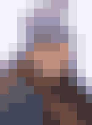 """Med den hæklede hue i multifarvet garn er du til at få øje på, på løjperne   SKIHUE Str: Onesize (dame).  Materiale: """"Incawool"""" (100% uld/100g = 160 meter): 1 ngl multifarvet nr. 5388. Hæklenål nr. 7. Garn fra Hjertegarn, tlf. 66 11 41 95.  Hæklefasthed: 11 fm = 10 cm i bredden. Huen hækles rundt i spiralform.    Hue: Beg i midten, hækl 5 lm og saml til en ring med en km.  1. omg: 1 lm, hækl 9 fm om ringen.   2. omg: 2 fm i hver fm = 20 fm.   3. omg: ✩1 fm, 2 fm i næste fm✩, gtg ✩-✩ = 30 m.   4. omg: 1 fm i hver fm.   5. omg: ✩1 fm, 2 fm i næste fm✩, gtg ✩-✩ = 40 fm.   6.-9. omg: 1 fm i hver fm.   10. omg: ✩2 fm, 2 fm i næste fm✩, gtg ✩-✩ = 60 fm.  Forts nu uden udt, til huen måler ca. 25 cm. Bryd garnet og hæft ender.   Hækleopskrift: Hjertegarn"""