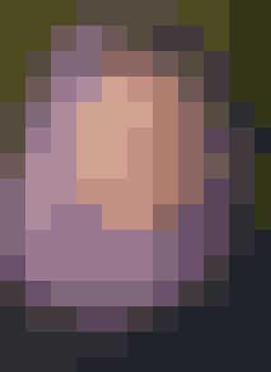 """Den søde hætte luner både hoved og hals. Den er hæklet i superblødt uldgarn med angora   HÆKLET HÆTTE  Str: Onesize.  Mål: Hovedomkreds 60 cm, længde 52 cm.  Materialer: """"Amalfi"""" (80% merinould/20% angora/50 g = 125 meter): 150 g Amalfi i lyslilla nr. 5231. Hæklenål nr. 6.  Garn fra Wilferts\'s, tlf. 33 22 54 90.  Hæklefasthed: 14 m x 9,5 rk = 10 x 10 cm hæklet med stangmasker.  Se forkortelser og brugertips her  Hætte: Slå 89 lm op (inkl. 3 vende-lm). Vend og hækl 1 st i hver lm (begynd i 4. m fra nålen), slut hver rk med 3 vende-lm. Hækl frem og tilb i alt 18 rk med st. Del nu arb på midten til ansigtsåbning, og hver side hækles færdig for sig: Hækl frem og tilb i alt 16 rk st med 43 m i hver rk. Nu begynder indt til rundingen foroven bag på hætten, dertil springes den hhv. første eller sidste m i rk over. Altså bliver der for hver af de sidste 8 rk 1 m mindre ud mod siden af arb, og der er 35 m. Bryd garnet og hækl modsatte side på samme måde bare spejlvendt.  Montering: Hæft ender og sy hætten sammen midt bag.   Hækleopskrift: Britta Wilfert"""