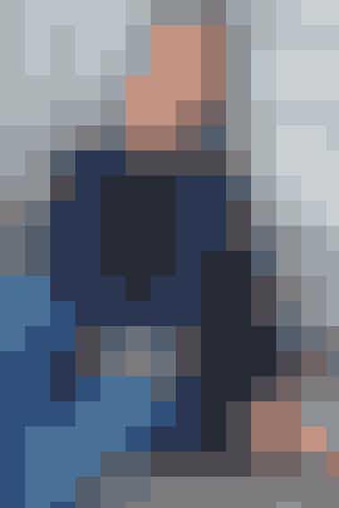 Ponchoen her strikkes først på rundpind, herefter hækles sorte borter øverst og nederst Se opskrift her