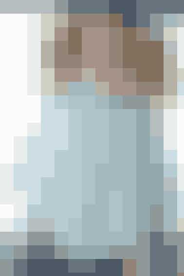 Ponchoen i pigestørrelse (4,6,8 år)strikkes i fint hulmønster og pyntes med hæklekanter - Se opskrift her