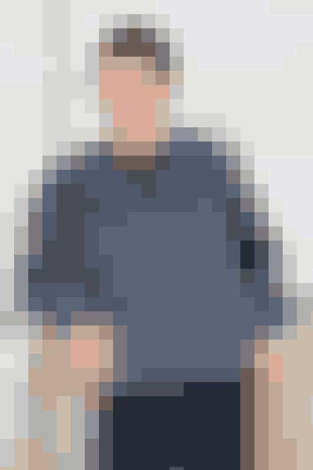 Sporty herresweater i et nemt, rillet strukturmønster. Den ensfarvede halskant strikkes ud i et med forstykket, men med et separat garnnøgle Find opskriften her...