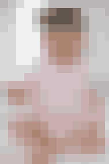 Den kortærmede body er strikket i tynd, blød uld med knapper forneden og i nakken - se opskrift her