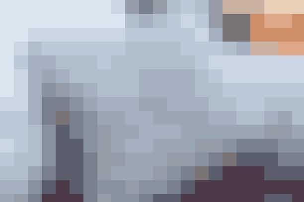Frisk sofahjørnet op med en pude, hvor betrækket er hæklet af to ens firkanter - se opskrift her