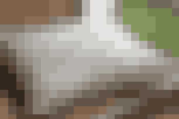 Den lille hør-pude med hvide korssting passer flot til kurvemøbler og fletværk - se opskrift her