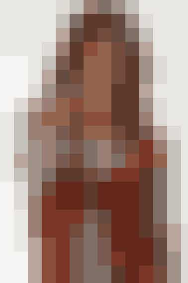 Vestens facon virker både slankende og forlængende. Den dybe halsudskæring giver længde til halsen og fremhæver brystet - se opskriften her