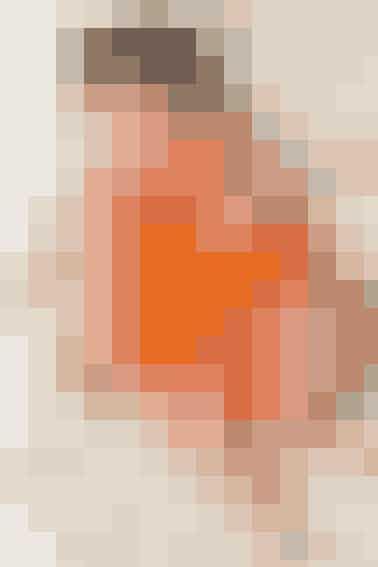 Den lille, orange kjole med rundt bærestykke er strikket i blød bomuld - dufår også opskriften på matchende blebukser. Seopskriften her