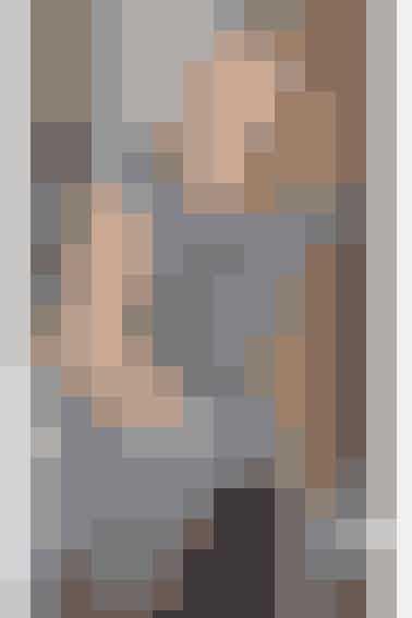 Grå empirekjole med hæklet underdel, strikket overdel ogfint lille ærme - se opskriften her