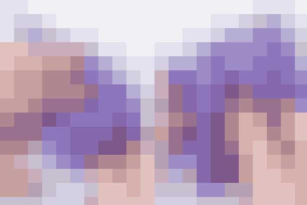 Fold tilbage til en trekant igen. Fold trekantens 2 nederste spidser ind imellem det dobbelte papir mod midten. (se foto).