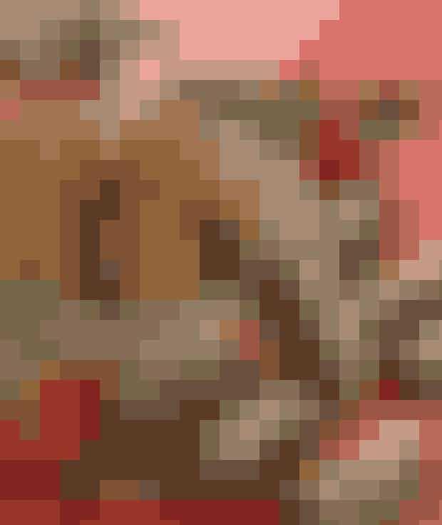Cognacfigner i marcipan (20 stk.)Ingredienser7 tørrede figner½ dl cognac350 g marcipan250 g mørk chokolade 70%KakaoPyntMandelsplitterFremgangsmådeHak fignerne og læg dem i cognac. Ælt hakkede figner, cognac og marcipan sammen. Tril til små aflange pølser der trilles i kakao. Vendes i smeltet, tempereret chokolade og pyntes med mandelsplitter.Opskrift: Helle Brønnum Carlsen,Foto: Jette M. Vesterager