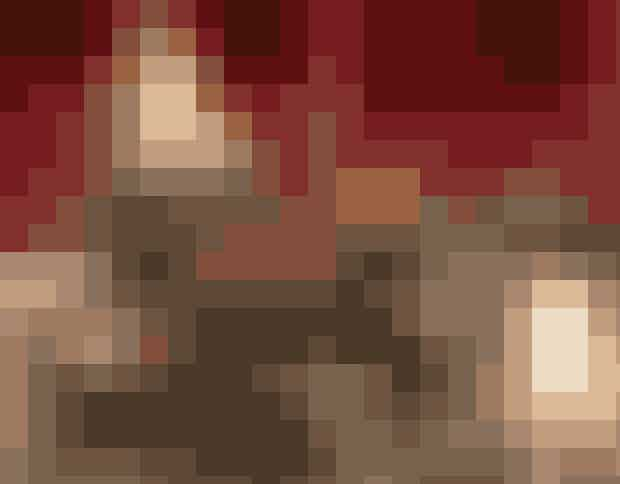 Cognactrekanter (30 stk.)Ingredienser300 g marcipan75 g smuttede fintmalede mandler2-3 spsk. cognacOvertræk:Ca. 150 g mørk chokoladesølvstøvFremgangsmådeÆlt marcipanen med mandler og cognac. Rul det ud på bagepapir og skær i trekanter. Læg dem evt. koldt 30 min. Temperer den mørke chokolade som beskrevet, overtræk trekanterne og drys med sølvstøv.Skaller med orangemarcipan og nougat (20 stk.)Ingredienser20 små chokoladeskaller (købes i specialbutikker)Ca. 200 g blød ganache af 21/2 dl fløde og 100 g chokolade100 g marcipan2 spsk. finthakket syltet appelsinskalEvt. lidt Grand MarnierHalve sukrede appelsinskiver til pyntFremgangsmådeGanache laves af fløde, som lunes med chokolade, til chokoladen er smeltet. Sættes køligt et par timer eller på køkkenbordet natten over. Ælt marcipanen med orangeskal og Grand Marnier og kom en lille teskefuld i hver chokoladeskal. Kom den piskede afkølede ganachecreme i en sprøjtetylle med smalt hoved og lav en ring på hver skålekant, så marcipanen holdes inde. Luk med appelsinskive.Konfektopskrifter: Helle Brønnum Carlsen, Foto: Jette M. Vesterager