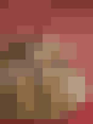 Tranebærbolde (30 stk.)Ingredienser10 g gær1½ dl mælk1 æg200 g mel1 tsk. kardemomme100 g tranebær1 kg palmin til kogningFlormelisFremgangsmådeRør gæren ud i mælken og tilsæt ægget. Tilsæt mel, kardemomme og tranebær, rør dejen godt igennem og stil den til hævning i 1 time. Varm olien op til den syder om enden af en tandstik, form bolde af dejen med to skeer og kog dem i olien. Lad boldene dryppe af på et stykke køkkenrulle og server dem drysset med flormelis.Opskrift: Kristina Marckmann,Jette M. Vesterager