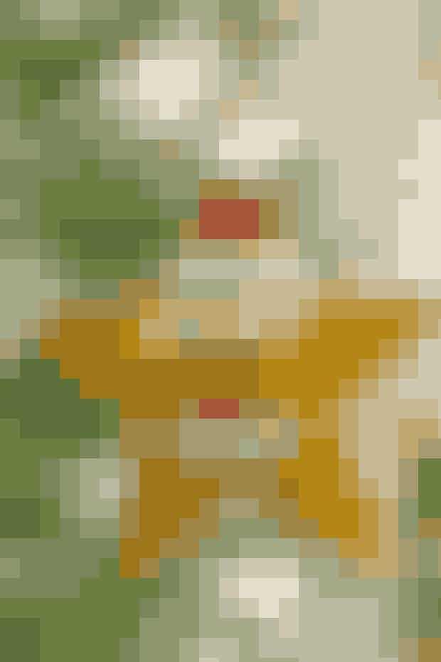 Sjov og blød nissepynt syet som en stjerne til ophæng     STJERNENISSE  Mål: 12 x 12 cm.  Materialer: 13 x 26 cm gul filt. Filtrester i rødt og hvidt. 1 lille hvid pompon + lidt bånd.  Mønster: Kan hentes ved at klikke her.  Arbejdsgang: Klip i gul filt 2 stk. efter stjernemønstret. Tegn de øvrige mønsterdele op, og klip dem i rødt og hvidt filt. Sy hue, huekant, øjenbryn, næse og skæg fast med små risting på den ene stjernedel og tegn øjne. Sy delene sammen ret mod ret med risting. Put lidt fyld i før den sidste spids sys sammen. Sy pomponen fast samtidig med et bånd til ophæng.   Syopskrift: Ruth Møller/Foto: Jette M. Vesterager