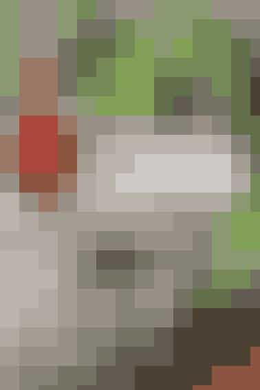 """Disse flotte, strikkede julekugler har den traditionelle, norske """"selburose"""" som motiv     STRIKKUGLE MED SELBUROSER Diameter: 6,5 cm.  Materialer: (80% uld/20% nylon/50 g = 160 meter): Rester af rød 4228, sort 1099 og hvid 1001. Strømpep nr. 3. Hæklenål nr. 3. Polyestervat.  Garn fra Sandnes Garn, tlf. 49 76 39 69.  Diagram: Kan hentes ved at klikke her Strikkefasthed: 27 m = 10 cm i glat.   Kuglen: Slå 8 m op med bundfarven på strømpep. Strik 1 omg rundt i glat. Strik mønster efter dia samtidig med, at der tages ud og ind som vist i dia (tag 1 m ud ved at strikke forfra og bagfra i samme m). Når dia er strikket, klippes garnet, og enden trækkes gennem alle m. Fyld vat i, form til en kugle, stram tråden og hæft garnenden.   Montering: Hækl i ønsket farve en snor af lm og sy den til toppen af kuglen.   TIP: Ønskes en større kugle, strikkes kuglen bare i en tykkere garnkvalitet.   Design: Sandnes Garn"""