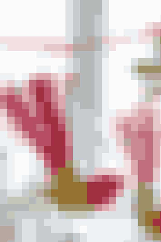 Når de flotte papirfugle drejer, glimter og lyner det i halefjer og øjne     FUGLEPYNT Materialer: Madpapir. Gavepapir. Tynd karton. Rød metalfolie. Hobbylim. Små selvklæbende smykkesten.  Mønster (krop, hoved og vinger): Kan hentes her Mønster (hale): Kan hentes her  Arbejdsgang: Tegn mønstre til fuglekrop, hoved og vinger på madpapir og klip delene ud. Lim gavepapir på begge sider af kartonen, så papiret på hver side rager ca. 2 cm ud over kartonen. Lad tørre. Klip fuglene ud, så deres buede haler (dem oven på ryggen) går mindst 1 cm ud over den del af papiret, der ikke er limet til kartonen. Læg folien dobbelt og klip til hver fugl 2 hoveder + 1 hale til fold. Lim et hoved på hver side af fuglen og lim halen ind mellem de 2 stk. papir, der går ud over kartonen, lad hale og karton støde sammen. Lad tørre. Sæt øjne på. Sy en rød tråd i hver fugl til ophæng. Halen er så tung, at man kan blive nødt til at vende strimlerne lidt ud til hver side for at fuglen får balance.   Opskrift: Ulla Mosegaard/Foto: Jette M. Vesterager