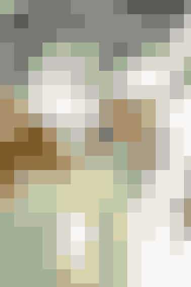 Engle og blade i guldfolie er enkel og festlig pynt til juletræet   GYLDENT PYNT  Materialer: Guldfolie eller papir med guld på begge sider. Blyant, tape, skalpel og saks. Nål og guldtråd.  Mønster til engel: Kan hentes her Mønster til blad: Kan hentes her  Arbejdsgang: Kopier englemønstret side 33 ned til 50 pct. (på en kopimaskine). Klip/skær englen ud i folie/papir. Sy en tråd gennem englevingen og hæng den op. Klip blade ud til fold i dobbelt folie/papir efter mønstret side 33. Bind bladene på grenene ved at vride den lange stilk om en kvist.   Lav også flettedestjerner- se her    Opskrift: Ulla Mosegaard/Foto: Jette M. Vesterager