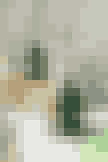"""De fine, hæklede juletræer kan hænges op som pynt i vinduer eller på grene indendørs     FYLDTE JULETRÆER Mål: 7,5 og 13 cm.  Materialer: """"Madeira Nora"""" (80% viskose/20% metalliseret polyester/25 g = 100 meter): 1 ngl grøn nr. 358 og rester af guld nr. 326. Hæklenål nr. 1,75. Vat til fyld. (Garn fra Permin, tlf. 36 72 12 00).   Diagram: Kan hentes ved at klikke her Se forkortelser og brugertips her  Juletræer: Hækles efter dia. Beg forneden ved træets fod med det viste antal m (5 til det lille juletræ og 7 lm til det store). Hækl frem og tilb i fm og tag ud og ind som vist i dia (x = 1 fm). Tag flere m ud på en gang ved at hækle et antal lm og tag ind i siderne ved at udelade at hækle de yderste m. Hækl begge træer 2 gange. Sy lagene sammen to og to, men lad en åbning stå til at putte fyld igennem. Put fyld i og sy sammen. Hækl guldknopper hist og her som pynt på det store træ.    Knop: Fæstn guldgarnet i en m på juletræet. Hækl 5 st i denne m, tag krogen ud af løkken, stik krogen ind før den første st og derpå ind i løkken, hækl 1 lm, bryd garnet og træk igennem.  Hækl en løkke af ca. 60 lm i toppen af træet.   Juletræerne kan hækles som et enkelt lag og bruges som bordpynt eller på gaver    Opskrift: Permin/Foto: Jette M. Vesterager"""