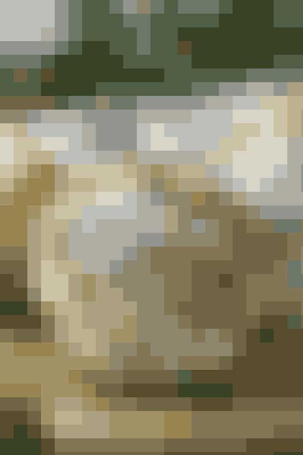 """Klare kugler med hæklede stjerner på er superflot ny juletræspynt     JULEKUGLER  Diameter: ca. 6-9 cm.  Materialer: """"Madeira Nora"""" (80% viskose/20% metalliseret polyester/25 g = 100 meter): 1 ngl i hver farve: guld 321 + sølv 323. Hæklenål nr. 1,75. Kugler m. ophæng, diameter 6-9 cm).  Garn fra Permin tlf. 36 72 12 00. Delbare plastikkugler fra Hobby-butikken. Eller klare glaskugler fra Panduro Hobby, tlf. 70 15 01 05.   Diagram: Kan hentes ved at klikke her Se forkortelser og brugertips her  Hæklefasthed: 1 stjerne måler ca. 5 cm i diameter (kan strækkes længere).   Kugle: Saml 6 lm til en ring med 1 km. Hækl videre rundt efter dia, som viser 1 hel stjerne. Hækl i alt 12 stjerner, 6 i guld + 6 i sølv. Saml først til halvkugler, idet takkerne hækles sm med 1 km som vist på tegning. Saml derpå begge halvkugler, men før de sidste 2 takker hækles sm, lægges kuglen ind i arb.  Opskrift: Permin/Foto: Jette M. Vesterager"""