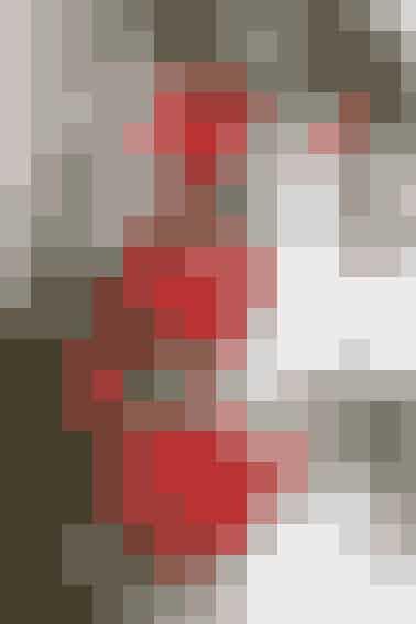 Den lille fine hjerteuro kan hænges op i vinduet, eller på en af juletræets grene     HJERTEURO  Bredde x højde: 6,5 x 17 cm.  Materialer: Rød filt, sølvperler, polyestervat og rød sytråd.  Mønster: Kan hentes ved at klikke her.  Arbejdsgang: Klip 2 filthjerter i hver størrelse med 2 mm sømrum. Sy delene sammen 2 og 2, vrang mod vrang med små risting, men lad en åbning stå. Fyld med vat og sy åbningen til. Sy perler på begge sider af hjerterne. Sy hjerterne sammen med 2 cm's mellemrum med rød tråd og sy tråd i foroven til ophæng.   Design: Marianne Aggebo/Foto: Jette M. Vesterager